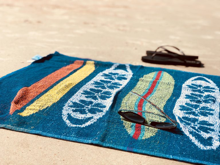 Telo mare colorato in spiaggia