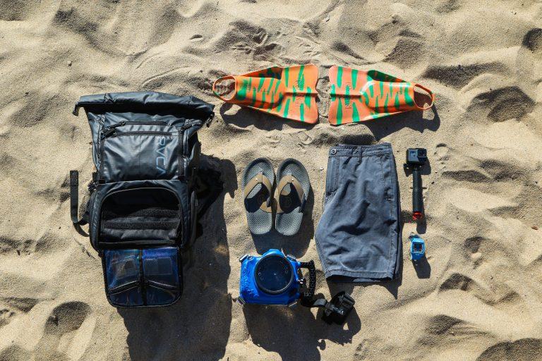 vari articola da spiaggia appoggiati sulla sabbia
