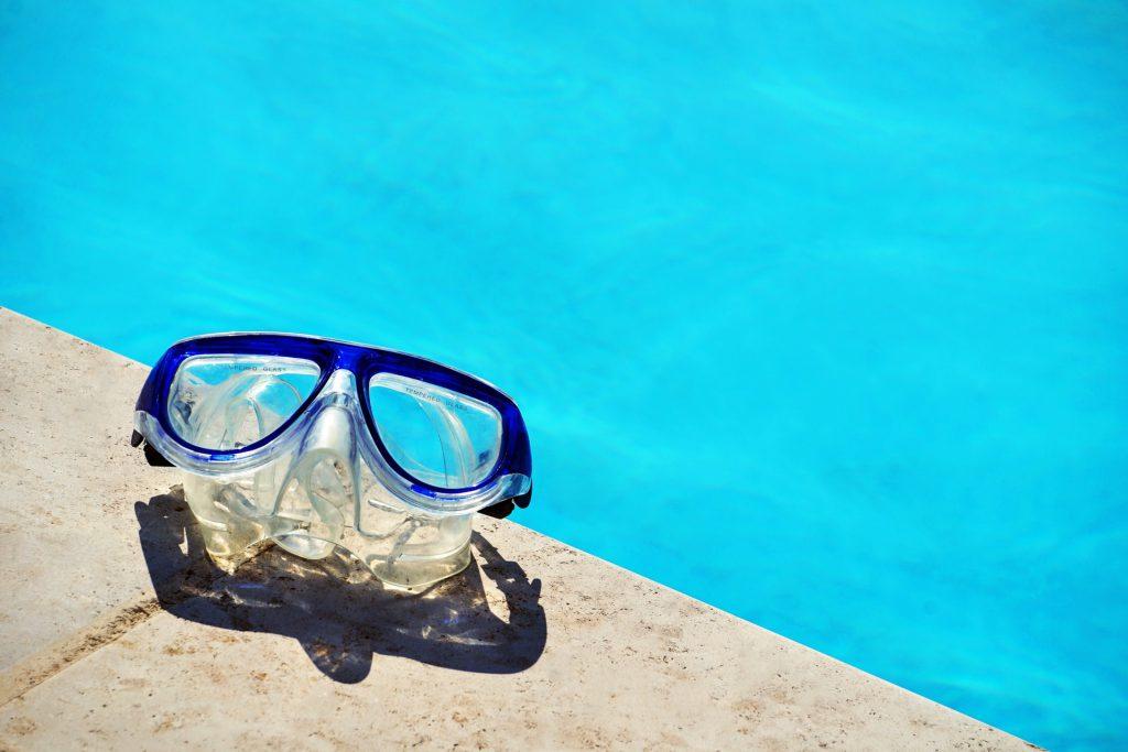 Maschera blu a bordo piscina