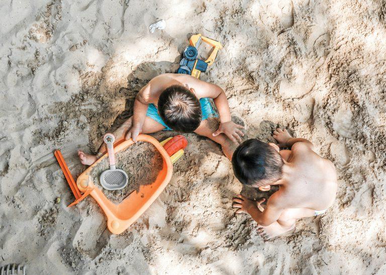 Bambini che giocano con la sabbia