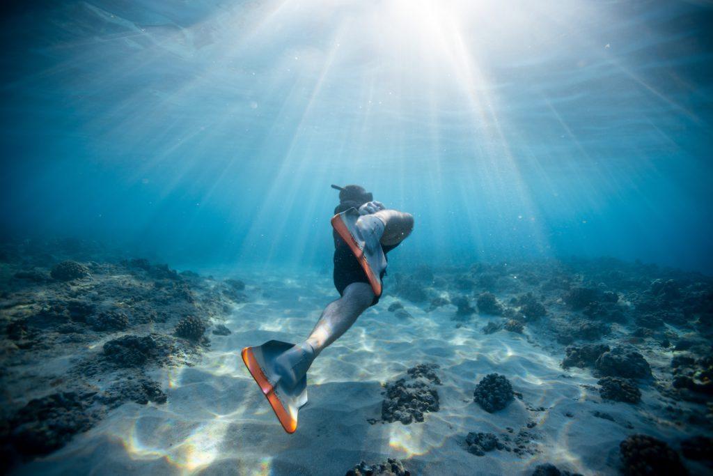 Persona che fa snorkeling